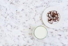 Chocoladekoekjes en een glas melk op witte achtergrond Hoogste mening Royalty-vrije Stock Foto
