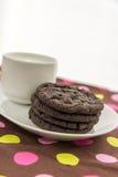 Chocoladekoekjes en glas melk Royalty-vrije Stock Foto