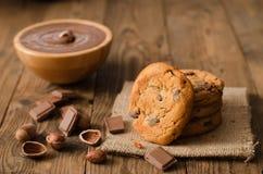 Chocoladekoekjes en ingrediënten op houten lijst Royalty-vrije Stock Afbeelding