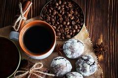Chocoladekoekjes en kop van koffie met koffieboon, cacao powd Stock Foto's