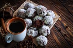 Chocoladekoekjes en kop van koffie met koffieboon, cacao powd Stock Fotografie