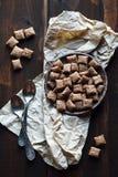 Chocoladekoekjes en lepels op houten achtergrond Royalty-vrije Stock Afbeelding