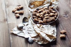 Chocoladekoekjes en lepels op houten achtergrond Stock Foto