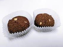 Chocoladekoekjes en witte chocoladeschilfers op witte achtergrond Royalty-vrije Stock Foto