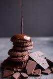 Chocoladekoekjes met gesmolten chocolade en een diachocolade Stock Foto's