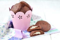 Chocoladekoekjes met het vullen van mascarpone en kokosnoot Stock Foto's