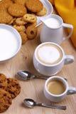 Chocoladekoekjes met koffie en cappuccino en kleine gebakjes Royalty-vrije Stock Foto's