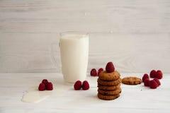 Chocoladekoekjes met melk royalty-vrije stock afbeeldingen