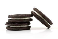 Chocoladekoekjes met room het vullen op witte achtergrond Stock Fotografie