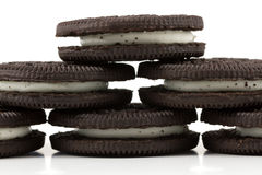 Chocoladekoekjes met room het vullen op witte achtergrond Stock Foto