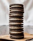 Chocoladekoekjes met Vanilleroom het Vullen Royalty-vrije Stock Foto's