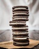 Chocoladekoekjes met Vanilleroom het Vullen Stock Foto's