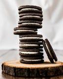 Chocoladekoekjes met Vanilleroom het Vullen Royalty-vrije Stock Afbeeldingen