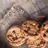 Chocoladekoekjes op donker servet op houten lijst Close-up van a Stock Afbeelding