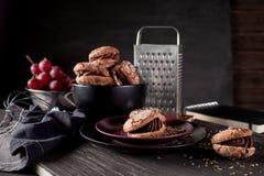 Chocoladekoekjes op donkere houten en bordachtergrond Royalty-vrije Stock Afbeelding