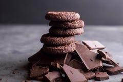 Chocoladekoekjes op een dia van chocolade Chocolade Royalty-vrije Stock Foto