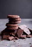 Chocoladekoekjes op een dia van chocolade Chocolade Stock Foto