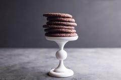 Chocoladekoekjes op een wit voetstuk Royalty-vrije Stock Foto's