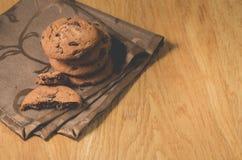 Chocoladekoekjes op houten koekjes als achtergrond/Chocolade op houten achtergrond Hoogste Mening en Copyspace stock fotografie