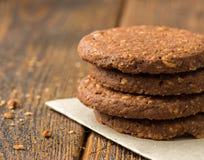 Chocoladekoekjes op Houten Lijst stock afbeeldingen