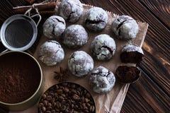 Chocoladekoekjes op houten lijst met koffieboon, cacaopoeder Stock Foto's