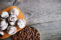 Chocoladekoekjes op houten lijst met koffieboon, cacaopoeder Stock Afbeelding
