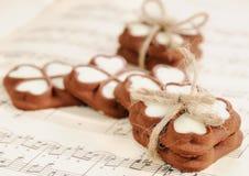 Chocoladekoekjes voor de dag van Valentine op de muzikale aantekening Royalty-vrije Stock Afbeelding