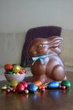 Chocoladekonijntje met paaseieren op lijst Stock Foto