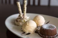 Chocoladelava met roomijs Stock Foto's