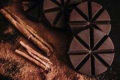 Chocolademexicano, pijpjes kaneel en Mexicaanse chocolade van oaxaca Mexico op houten in rustieke stijl royalty-vrije stock afbeelding