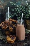 Chocolademilkshake en eigengemaakte muffins stock afbeeldingen