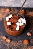 Chocolademousse met heemst in gedeelteglazen Royalty-vrije Stock Fotografie