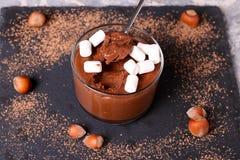 Chocolademousse met heemst in gedeelteglazen Royalty-vrije Stock Foto
