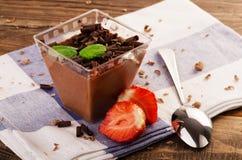 Chocolademousse met munt in gedeelte en aardbei Royalty-vrije Stock Foto