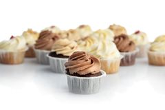 Chocolademuffin en bos van muffins stock foto's