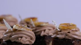 Chocolademuffin met reepjes van mango Chocolade cupcakes met mango, close-up stock video