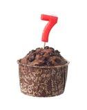 Chocolademuffin met verjaardagskaars voor zeven éénjarigen Stock Afbeeldingen