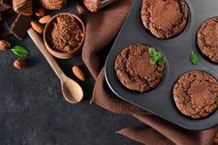 Chocolademuffins, brownies met noten en chocolade op zwarte B Stock Foto's