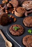 Chocolademuffins, brownies met noten en chocolade op zwarte B Stock Afbeeldingen