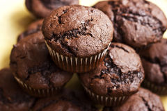 Chocolademuffins met knapperige bovenkant Stock Fotografie
