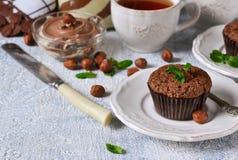 Chocolademuffins met noten en pindakaas Stock Fotografie