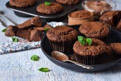 Chocolademuffins met noten en pindakaas Stock Foto's