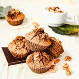 Chocolademuffins met stukken van donkere chocolade en okkernoot Stock Foto