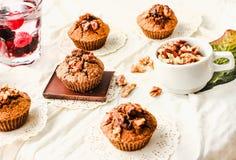 Chocolademuffins met stukken van donkere chocolade en okkernoot Royalty-vrije Stock Fotografie