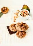 Chocolademuffins met stukken van donkere chocolade en okkernoot Royalty-vrije Stock Afbeelding