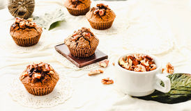 Chocolademuffins met stukken van donkere chocolade en okkernoot Stock Foto's