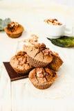 Chocolademuffins met stukken van donkere chocolade en okkernoot Stock Fotografie