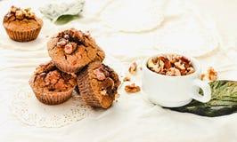 Chocolademuffins met stukken van donkere chocolade en okkernoot Stock Afbeelding