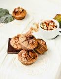 Chocolademuffins met stukken van donkere chocolade en okkernoot Royalty-vrije Stock Foto's