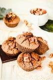 Chocolademuffins met stukken van donkere chocolade en okkernoot, clos Stock Fotografie